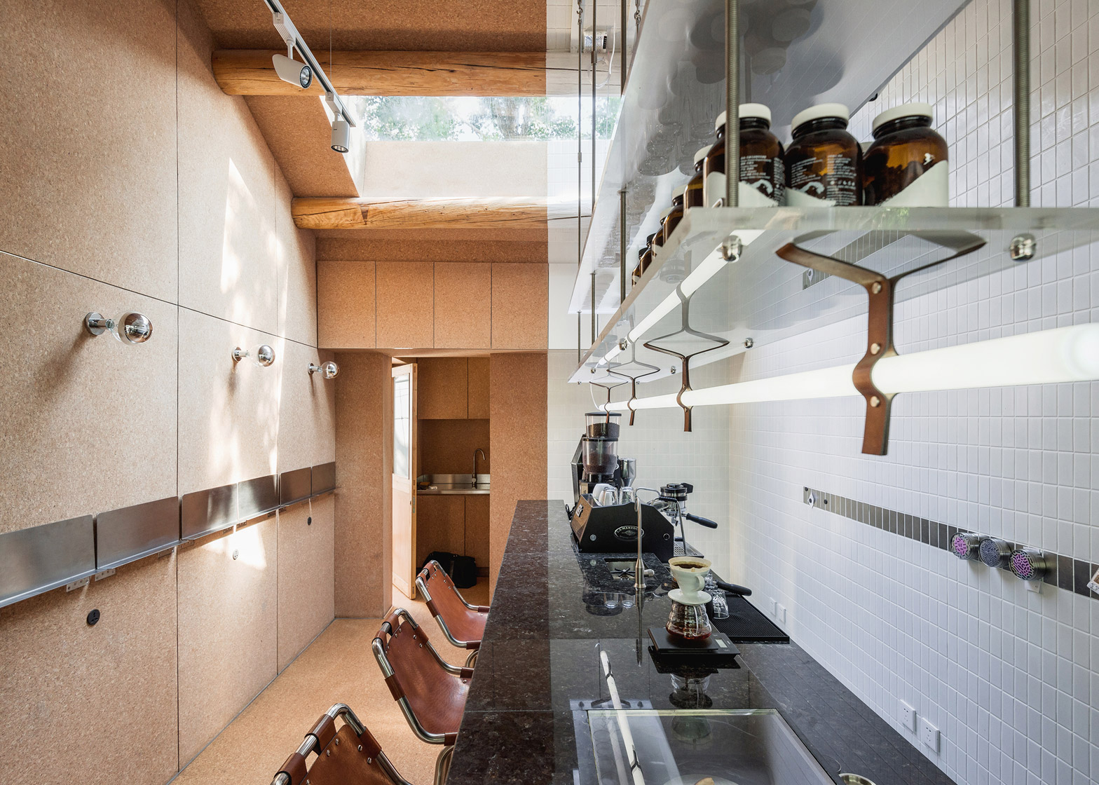 big-small-coffee-bar-b-and-b-guest-room-hutong-office-aio-beijing-cork_dezeen_1568_11