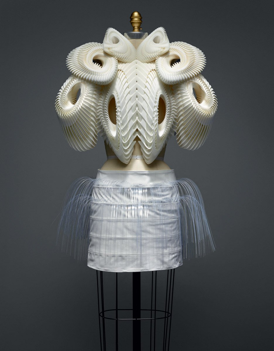 ensemble-iris-van-herpen-manus-x-machina-fashion-exhibition-met-nyc_dezeen_936_4