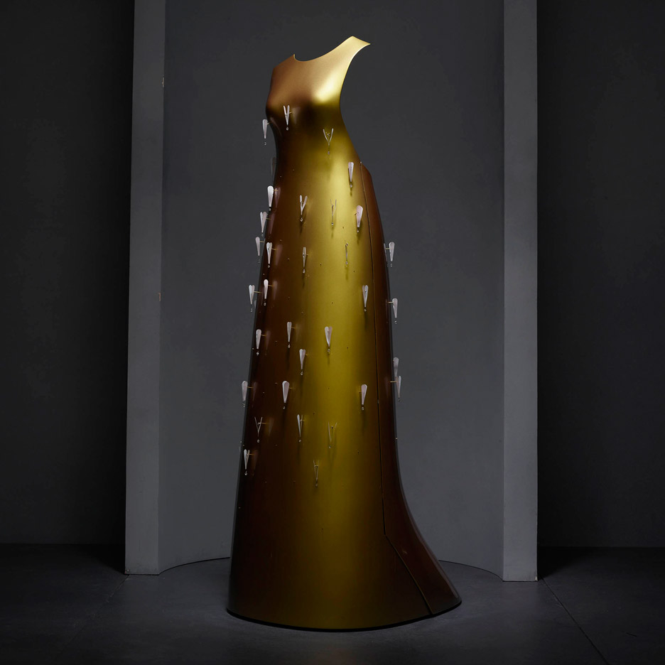 kaikoku-floating-dress-hussein-chalayan-manus-x-machina-fashion-exhibition-met-nyc_dezeen_936_9