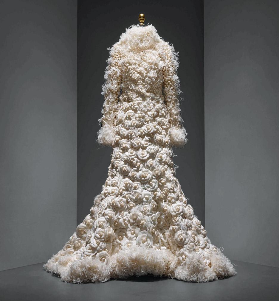 wedding-ensemble-karl-lagerfeld-manus-x-machina-fashion-exhibition-met-nyc_dezeen_936_12