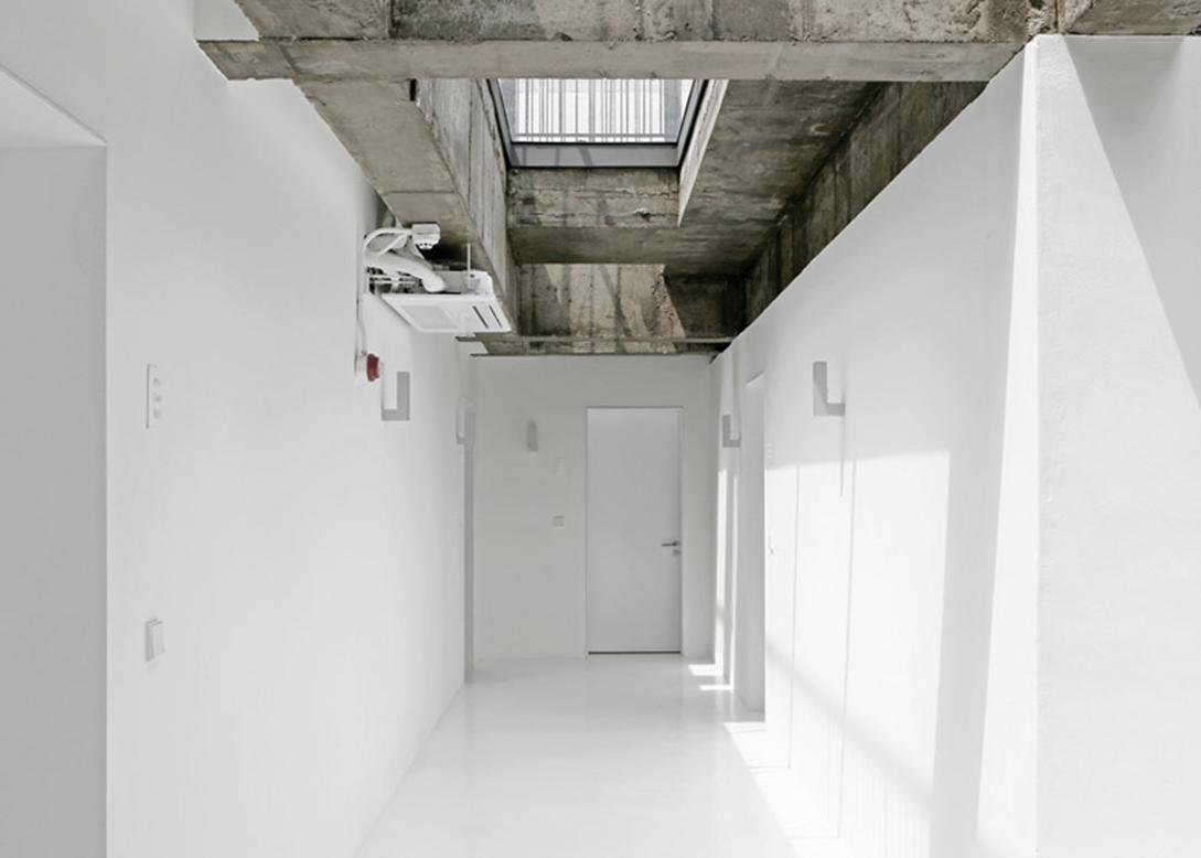 Small-House-Big-Door-by-Design-Methods_dezeen_784_12副本